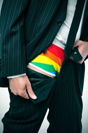 pantalones abajo: un hombre de negocios que muestra su ropa interior el arco iris