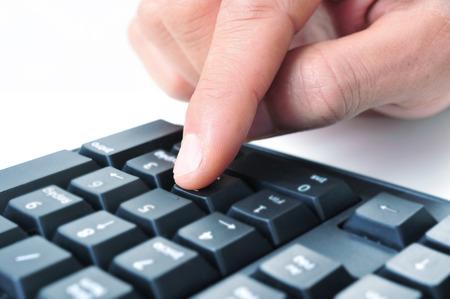 teclado num�rico: primer plano de la mano de un hombre con el teclado num�rico de un teclado de computadora