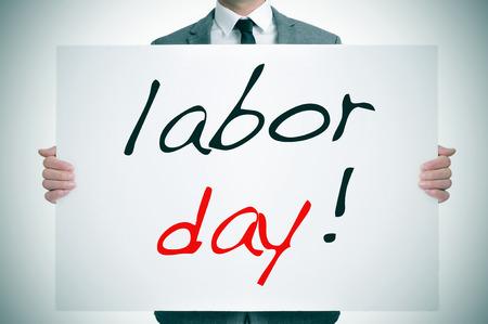jornada de trabajo: un hombre que llevaba un traje que sostiene un letrero con la jornada laboral de texto escrito en ella