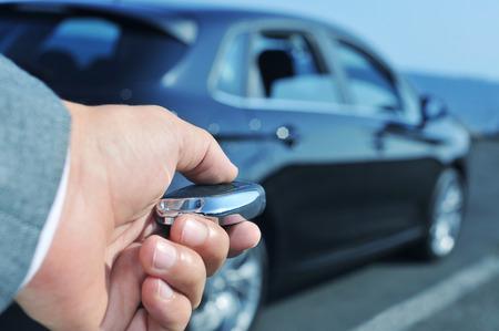aziende: dettaglio di un uomo in giacca e aprendo la sua auto con la chiave telecomando Archivio Fotografico