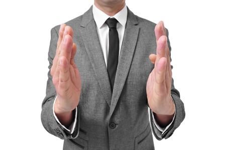 pene: un hombre que llevaba un traje con las manos frente a la otra, como muestra el tamaño de algo Foto de archivo