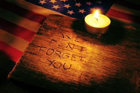木に刻まれた私たちを忘れないでください文およびアメリカ合衆国と火をつけたろうそくのフラグ