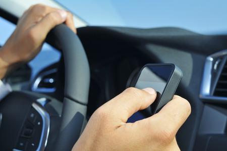 comercial: Primer plano de un hombre usando un tel�fono inteligente mientras conduce