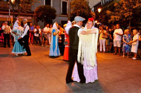 マドリッド, スペイン - 2014 年 8 月 10 日: 人々 のマドリード、スペインのショコティスのダンスします。Chulapos、(男性と女性は伝統的な方法で服を着