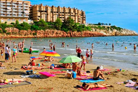 Capellans ビーチ、サロウでサロウ, スペイン - 2014 年 8 月 29 日: 行楽客。サロウは太陽の主要な目的地と 50,000 以上の宿泊施設でヨーロッパの観光ビー