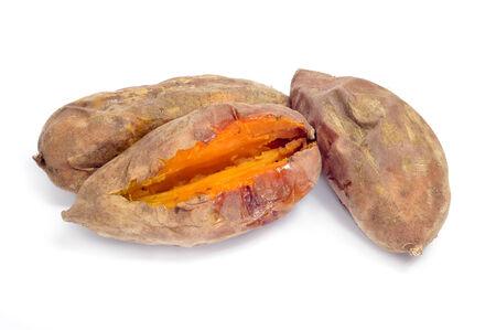 batata: unas patatas asadas dulces sobre un fondo blanco Foto de archivo