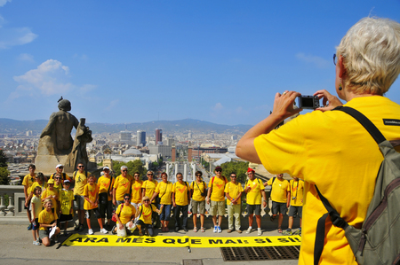separatist: Barcelona, Spain - September 11, 2014: A group takes a picture before take part in the rally demanding to vote in a referendum for the independence of Catalonia in Barcelona, Spain Editorial