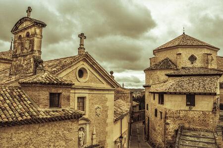 vista del pintoresco e histórico casco antiguo de Cuenca, España
