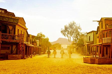 Tabernas, Spagna - 18 settembre 2014: I cowboy mostrano in una vecchia città ad ovest in Fort Bravo / Texas Hollywood a Tabernas, Spagna. Fort Bravo è il più grande backlot di stile occidentale in Europa Archivio Fotografico - 33537842
