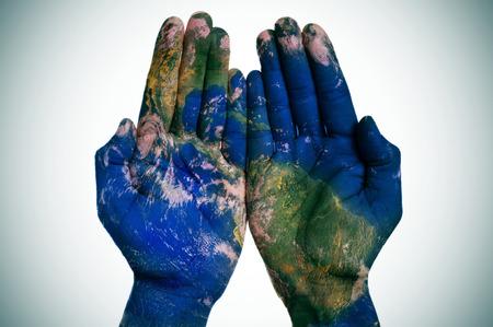 fraternidad: un mapa del mundo en el hombre las manos abiertas Foto de archivo