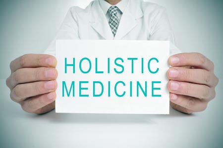 un médecin montrant une pancarte avec la médecine holistique de texte écrit dans ce