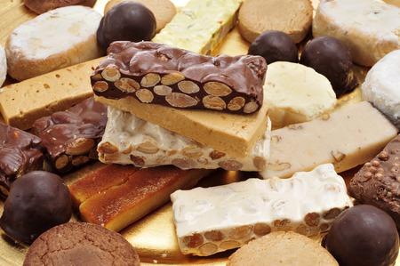 異なる turron、polvorones、mantecados、スペインのクリスマス菓子の典型的なトレイのクローズ アップ