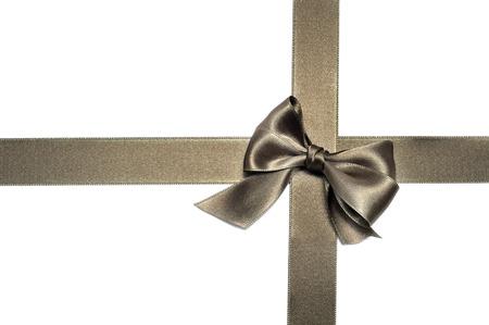 lazo regalo: una cinta de bronce satinado con un arco sobre un fondo blanco