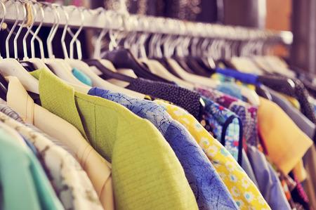 des vêtements utilisés suspendus sur une grille dans un marché aux puces Banque d'images