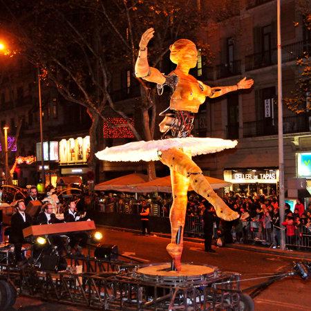 sirvientes: Barcelona, ??Espa�a - 05 de enero 2015: La Cabalgata de Reyes Magos en Barcelona, ??Espa�a. El desfile de los Reyes Magos y sus sirvientes en carrozas por las principales calles de la ciudad
