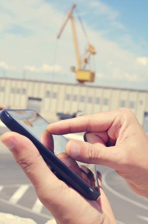 industrial park: primo piano delle mani di un uomo con un tablet in un parco industriale Archivio Fotografico