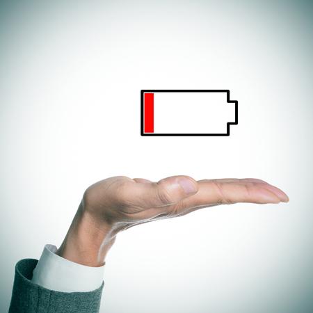 cansancio: la mano de un hombre de negocios la celebración de una ilustración de una batería baja