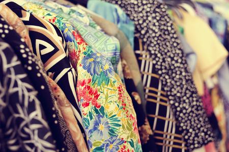 tr�delmarkt: Einige verwendeten Kleider h�ngen auf einem Gestell in einem Flohmarkt Lizenzfreie Bilder