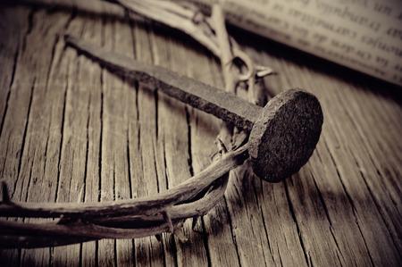 corona de espinas: una representación de la corona de espinas de Jesucristo, un clavo y un viejo pergamino en la Santa Cruz Foto de archivo