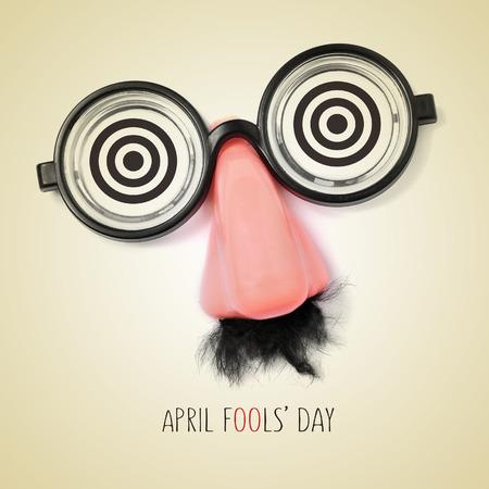 nariz: gafas falsas, la nariz y el bigote y el día tontos abril de frases escritas en un fondo de color beige, con un efecto retro