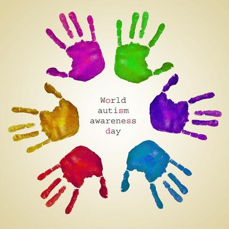 certaines empreintes de mains de différentes couleurs formant un cercle sur un fond beige et le texte de la journée mondiale de sensibilisation à l'autisme écrit à l'intérieur