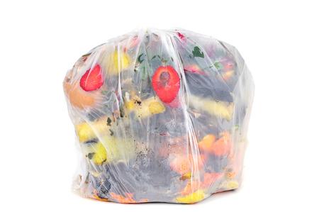 un sac biodégradable pleine de déchets biodégradables sur un fond blanc