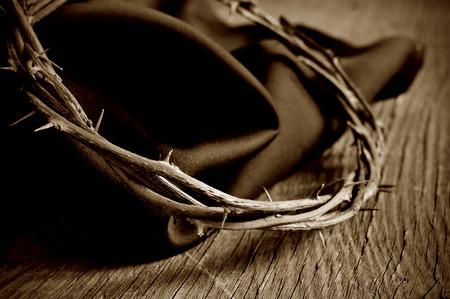 corona de espinas: primer plano de la corona de espinas de Jesucristo en una superficie de madera rústica, en tono sepia