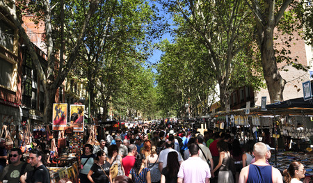 Madrid, Spanje - 10 augustus 2014: Overzie van El Rastro vlooienmarkt in Madrid, Spanje. Deze populaire openlucht vlooienmarkt wordt gehouden elke zondag en feestdag