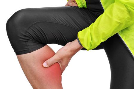 dolor muscular: primer plano de un deportista que lleva cauc�sicas jovenes ropa deportiva con la mano en la pantorrilla a causa de su dolor de m�sculo de la pantorrilla