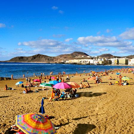 bathers: Las Palmas, Spagna - 13 OTTOBRE 2013: Bagnanti in spiaggia di Las Canteras a Las Palmas de Gran Canaria, Spagna. A causa del clima tropicale, la gente del posto pu� andare in spiaggia quasi tutto l'anno