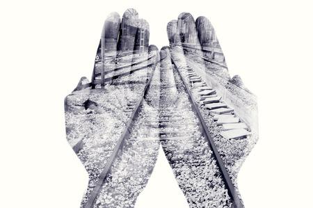 exposicion: doble exposición de las palmas de un hombre de armar y un ferrocarril, en blanco y negro Foto de archivo