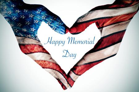 de tekst gelukkige herdenkingsdag geschreven in de lege ruimte van een hart teken gemaakt met de handen van een vrouw patroon als de vlag van de Verenigde Staten