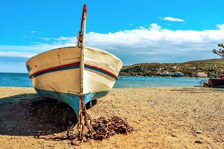 barca da pesca: primo piano di un vecchio peschereccio arenato su una spiaggia di ghiaia in Cadaques, Costa Brava, Catalogna, Spagna Archivio Fotografico
