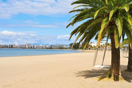 ein Blick auf die Platja Nova Strand in Roses an der Costa Brava, Katalonien, Spanien Standard-Bild