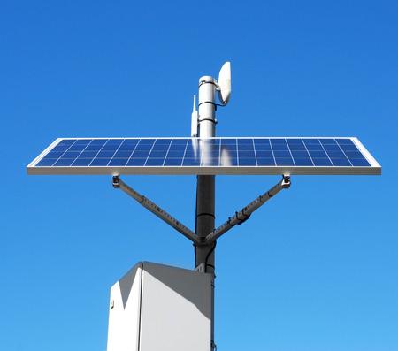 paneles solares: primer plano de un panel solar instalado en la parte superior de un poste, sobre el cielo azul