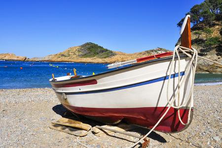 bateau de pêche: Gros plan d'un bateau de pêche échoués sur la plage Sa Tuna à Begur, sur la Costa Brava, Catalogne, Espagne
