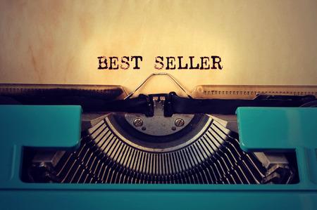 Gros plan d'un rétro typewritter bleu et le best-seller de texte écrit avec elle dans une feuille jaune