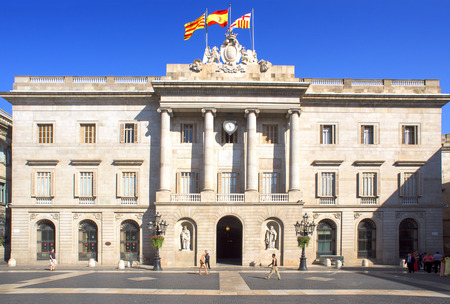 autonomic: Barcellona, ??Spagna - 10 luglio 2015: Una vista del municipio di Barcellona a Barcellona, ??Spagna. Questo edificio storico si affaccia sul Palau de la Generalitat, sede del governo autonomo