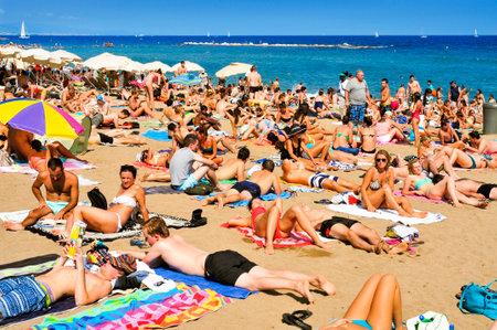 Barcellona, ??Spagna - 19 ago 2014: Una folla di bagnanti in La Barceloneta Beach a Barcellona, ??Spagna. Questa famosa spiaggia ospita circa 500000 visitatori provenienti da tutto il mondo durante la stagione estiva Archivio Fotografico - 42767438