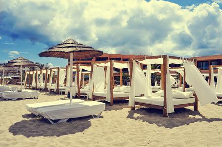 arena blanca: detalle de algunas camas y hamacas en un club de playa en una playa de arena blanca en Ibiza, Espa�a