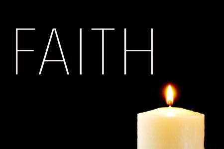 cristianismo: una vela encendida y la palabra fe escrito en blanco sobre un fondo negro