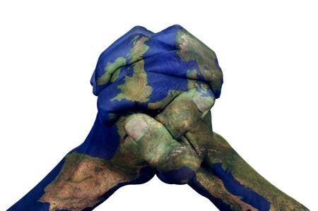 die gefalteten Hände eines jungen Mannes mit einer Europa-Karte auf einem weißen Hintergrund gemustert, die das Konzept der Union Standard-Bild
