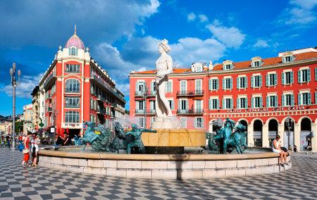 Nice, France - 15 mai 2015: Une vue de la fontaine Fontaine du Soleil à la Place Masséna à Nice, France. La Place Masséna est la principale place publique de la ville