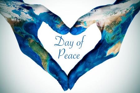 mundo manos: manos de una mujer joven que forma un corazón con dibujos de un mapa del mundo (proporcionada por la NASA) y el día de la paz de texto, ilustración leve añadido