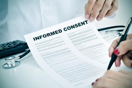 informait: Gros plan d'une jeune femme du patient de signer un consentement �clair� au bureau de m�decins Banque d'images