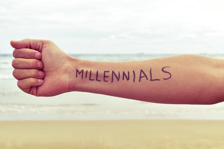 Gros plan d'un jeune homme avec les mots écrits apprenants dans son bras en face de la mer Banque d'images