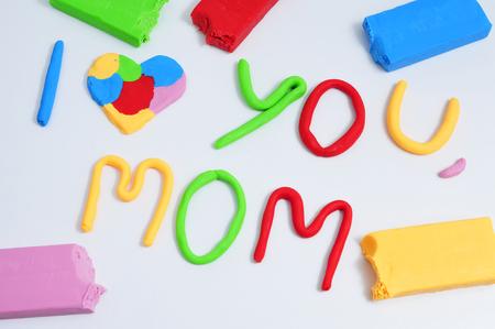 frase: la frase Te amo mamá, hecho en plastilina de diferentes colores Foto de archivo