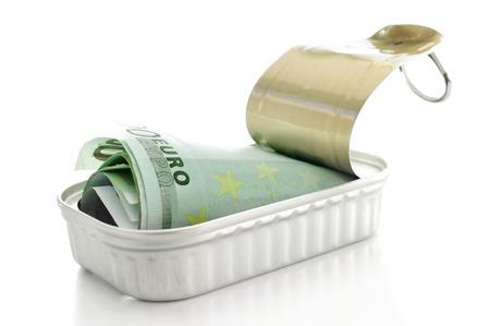 billets euro: une liasse de billets en euros dans une boîte sur un fond blanc