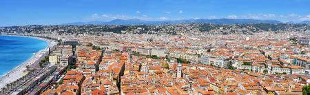 panoramatický výhled na Nice ve Francii, a Promenade des Anglais hraničí se Středozemním mořem na Baie des Agnes zálivu Reklamní fotografie
