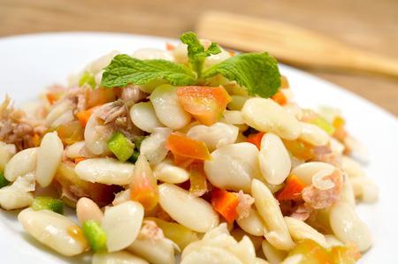 Gros plan d'une assiette à empérate, une salade de haricots blanc typique de Catalogne, Espagne Banque d'images - 46042418